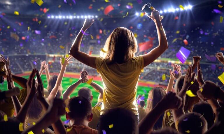 チームスポーツを応援する女性