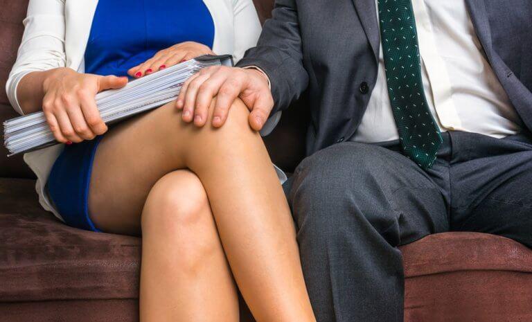 女性の脚に触れる社会人男性