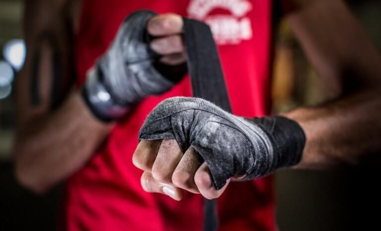 格闘技をする男性