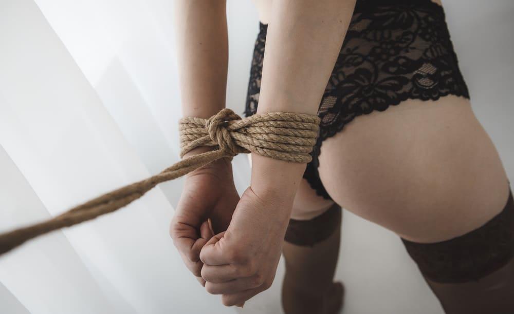 縄で縛られている女性