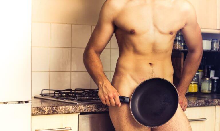 裸で立つ男