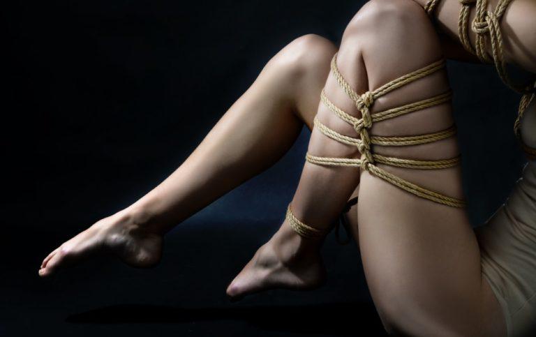 麻縄で縛られる女性