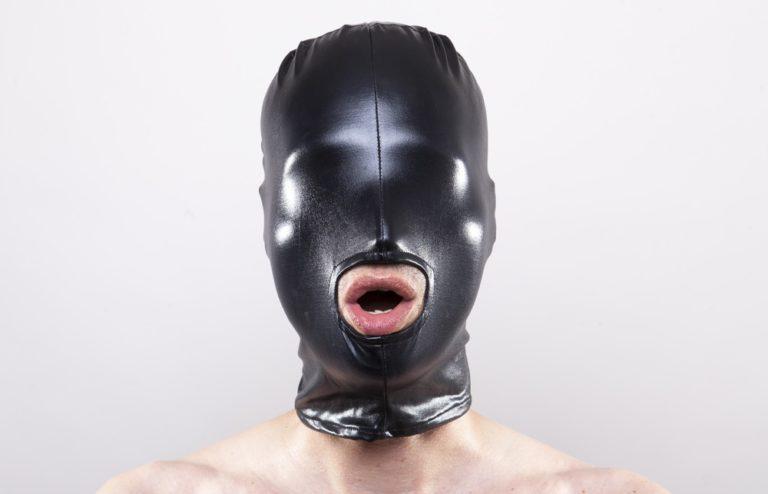 全頭マスクを着用する男性