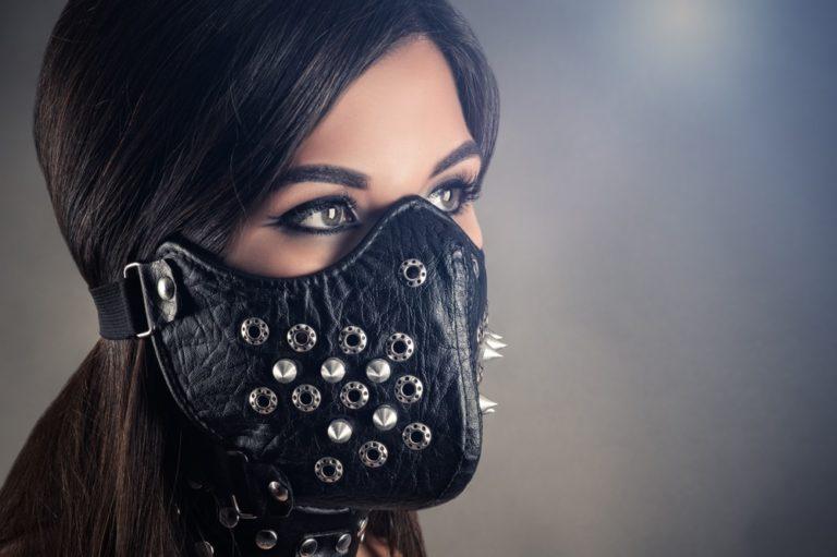 全頭マスクを着用する女性