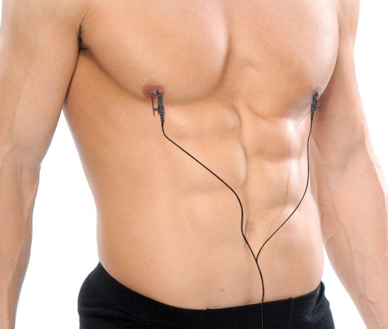 乳首に電流を流す男性