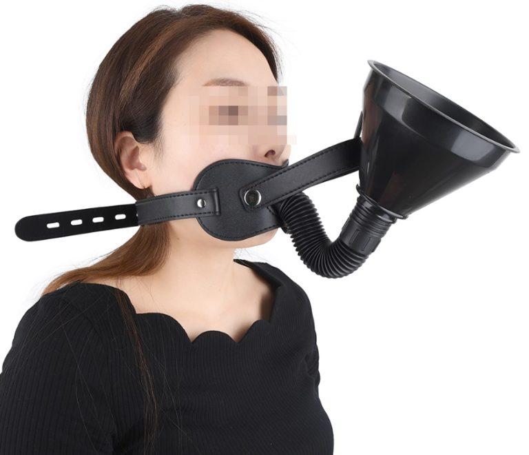 強制飲尿口枷を装着する女性