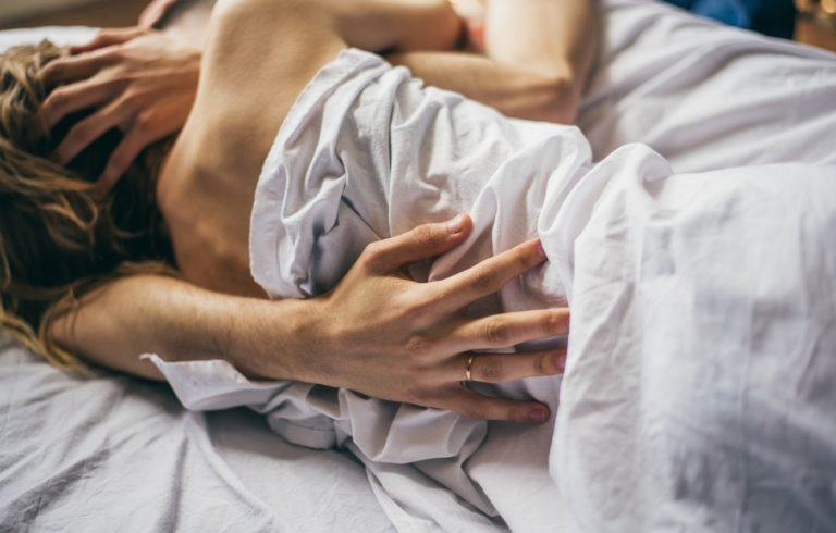 ベッドでいちゃつくカップル