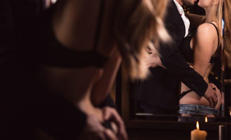 鏡の前でセックス