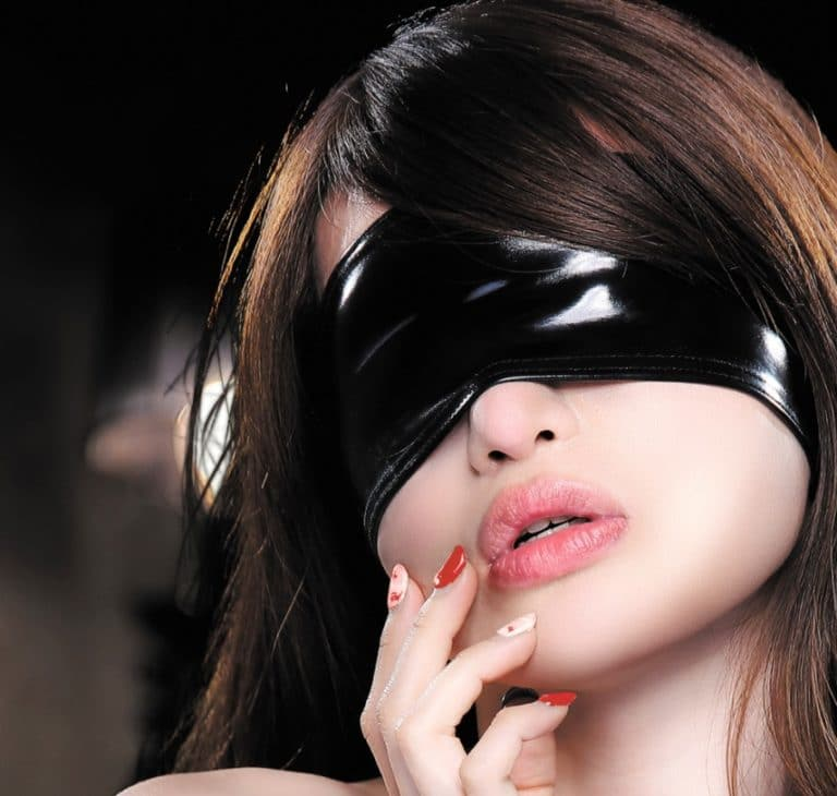 アイマスクで体まで拘束