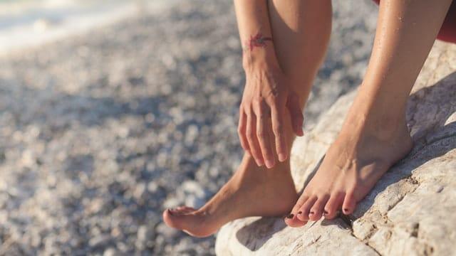 足首を持つ女性の画像