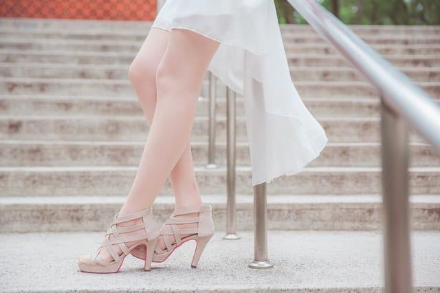 女性の生足の画像