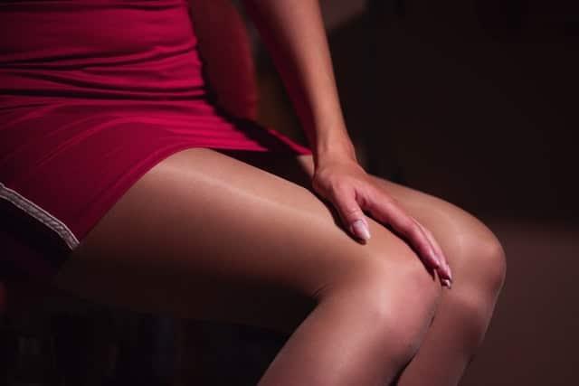 黒ストッキングを履く女性の画像
