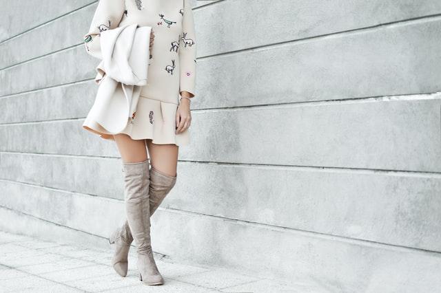 ロングブーツを履く女性の画像