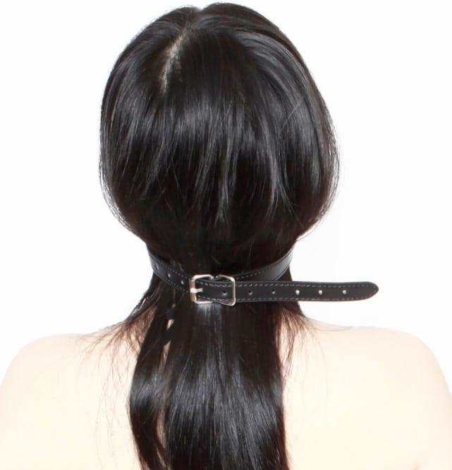 リップ開口リング口枷を装着する女性