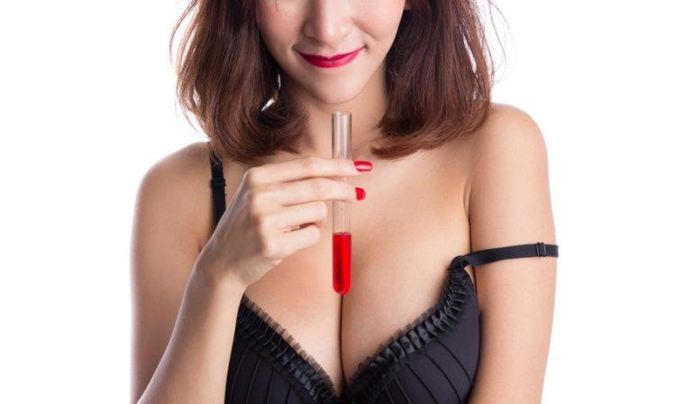 試験管をディルドとして使う女性