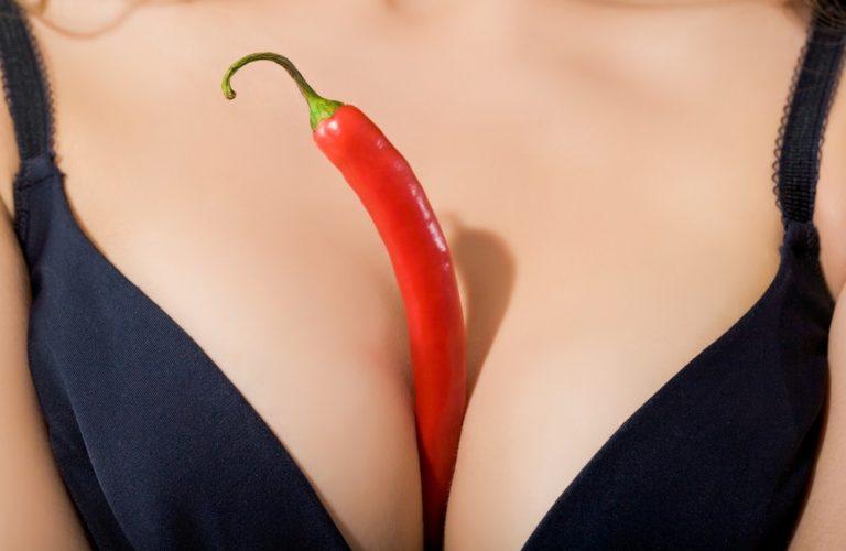 野菜でオナニーする女性