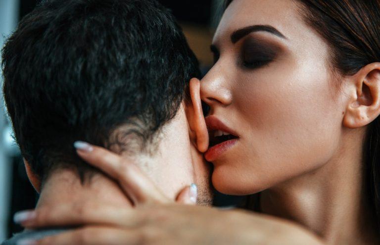 耳に舌を入れる
