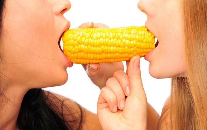 トウモロコシをディルドにする女性