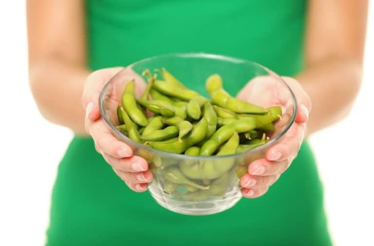 枝豆を持つ女性