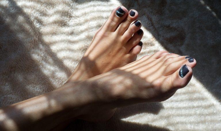 足コキをする女性