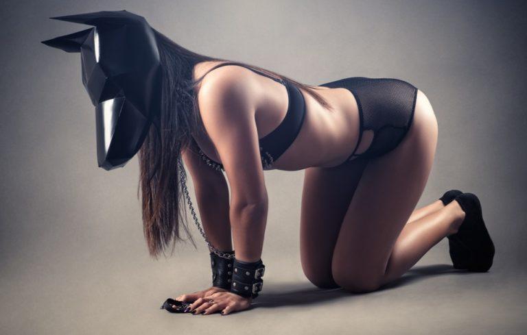 ドッグマスクを着用する女性