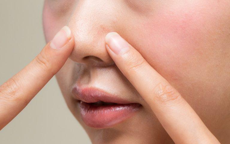 鼻の穴を触る