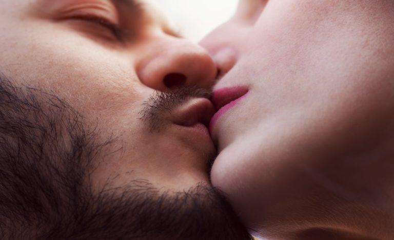 鼻にキスをする