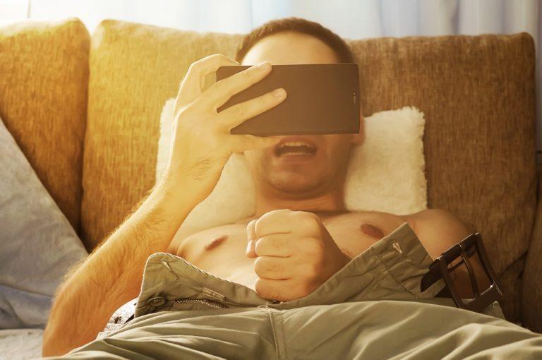 ソファでオナニーする男性
