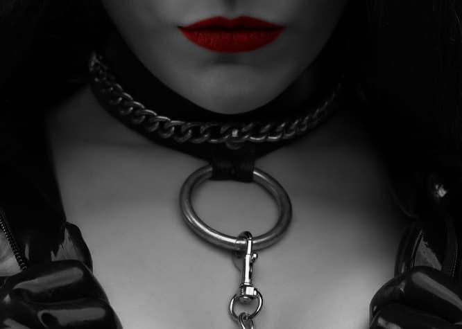 首輪をつける女性