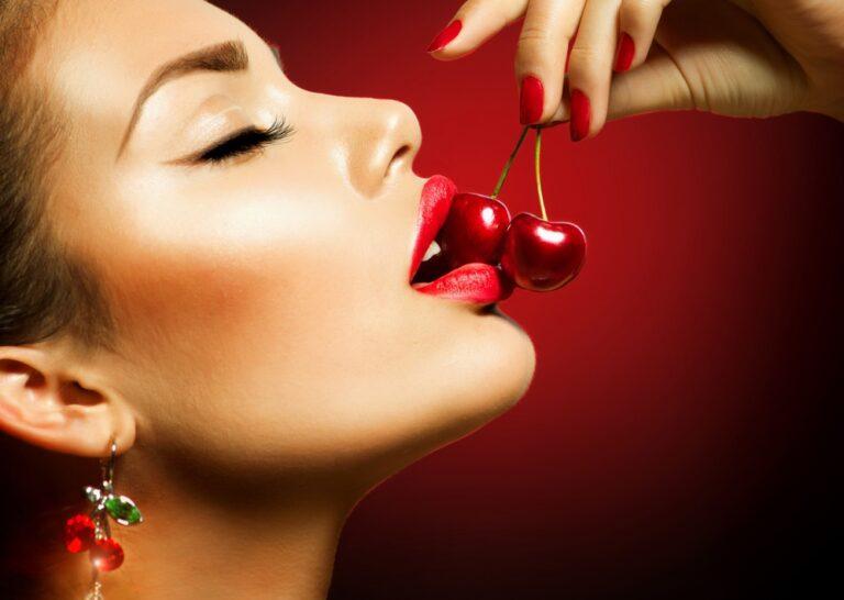 咀嚼する女性