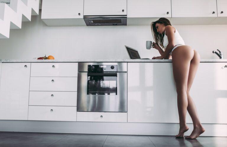 朝コーヒーを飲む女性