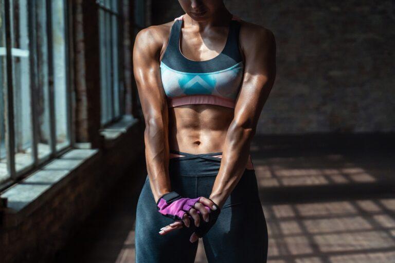 スポーティな体つきの女性
