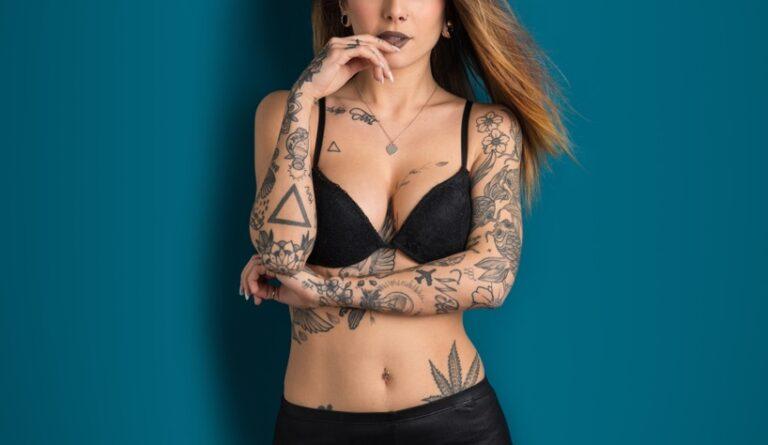 タトゥーを入れたセクシーな女性