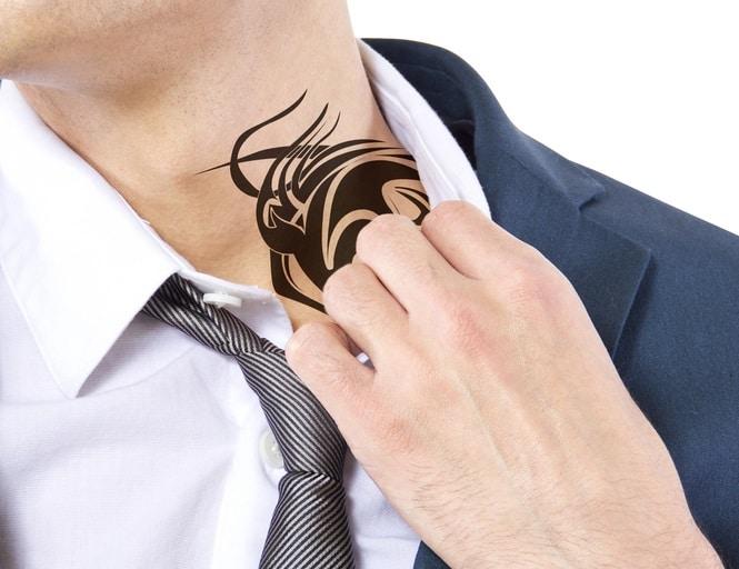 タトゥーを隠す