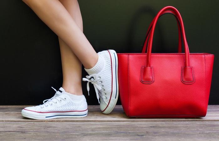 スニーカーを履いている女性