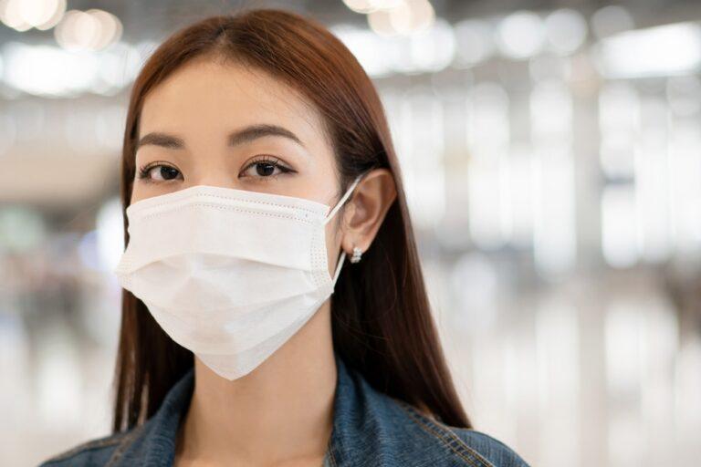 女性が着用しているマスク