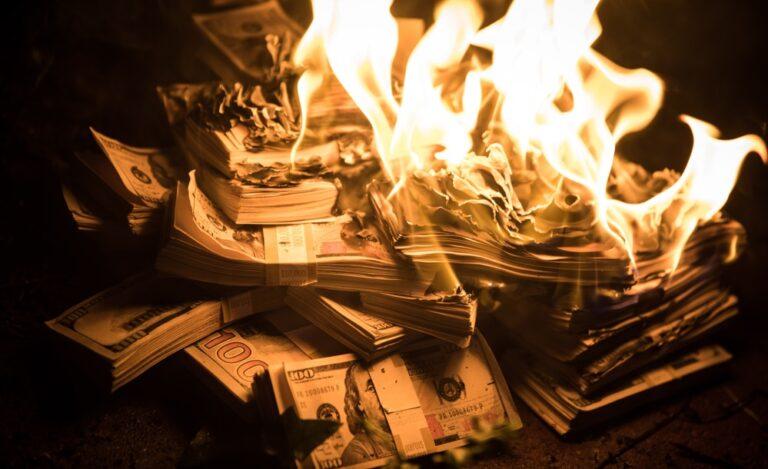 お金を燃やす
